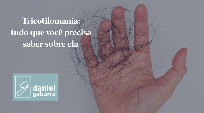 Mãos segurando cabelos que caíram
