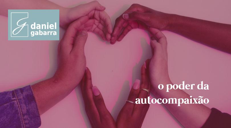 Mãos de várias pessoas formando um coração