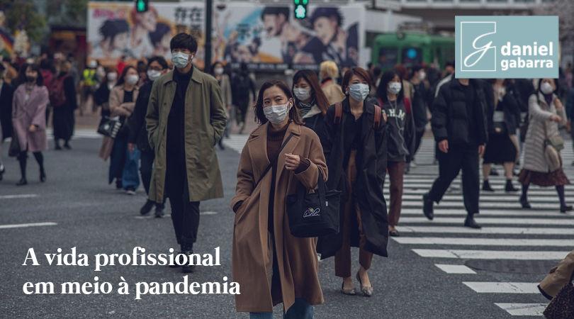 Pessoas indo trabalhar de máscara